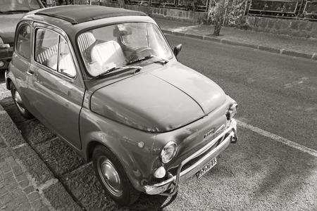 auto old: Ischia, Italia - 15 de agosto de 2015: Autorización vieja 500 coches de ciudad se encuentra estacionado en la carretera urbana