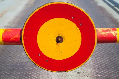 schlagbaum: Runde rote und gelbe Stoppschild auf geschlossenen Schlagbaum Lizenzfreie Bilder