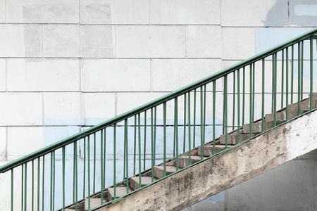 Escalier Urbain Avec Balustrades En Métal Vert Sur Blanc Mur De ...