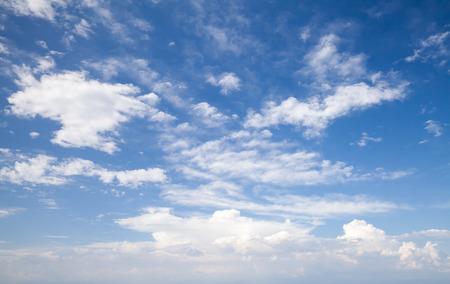 自然の青い曇り空。背景写真テクスチャ