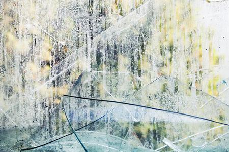 cristal roto: Fragmentos de vidrio rotos sucios, foto de fondo textura sucia