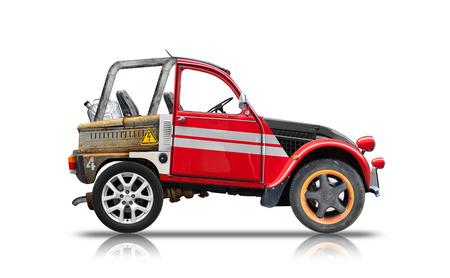 asamblea: Pequeño coche ligero montado a partir de piezas de repuesto. Vista lateral aislada en el fondo blanco con la reflexión y la sombra suave. collage de fotos, diseño único Foto de archivo
