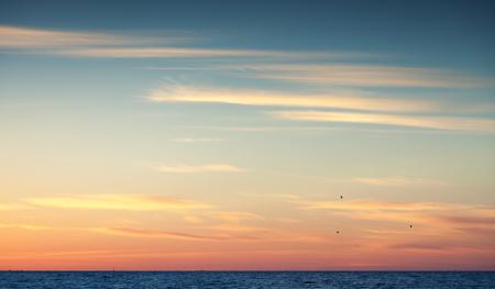 cielo colorido atardecer sobre el océano Atlántico, foto de fondo natural con filtro de fotografía de corrección de tono cálido