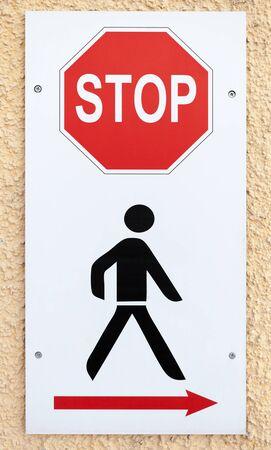 señales de seguridad: De ninguna manera, dejar de firmar con el hombre negro esquemática y la flecha roja de la dirección de bypass Foto de archivo