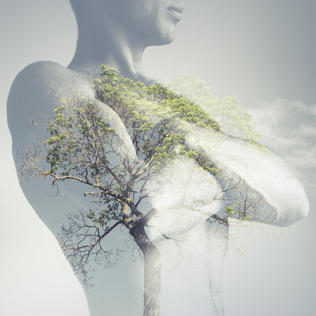 強力なスポーティな若い男の胴体が肺、二重露光写真として緑の木と組み合わせる 写真素材