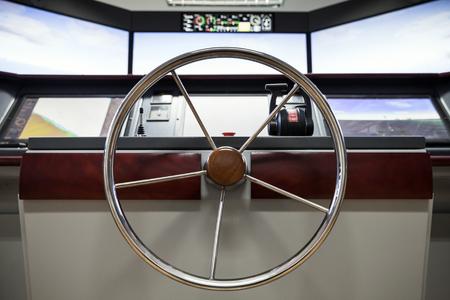 timon barco: panel de control de la nave moderna con ruedas de dirección y del motor aceleradores capitán en el puente Foto de archivo