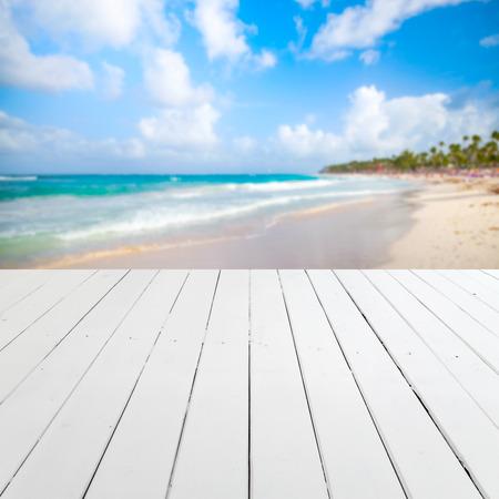 배경에 흐리게 해변 풍경 빈 흰색 목조 부두 관점