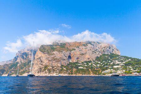 paisaje mediterraneo: paisaje costero con las rocas de la isla de Capri, cerca de la playa de Marina Piccola. Mar Mediterráneo, Italia