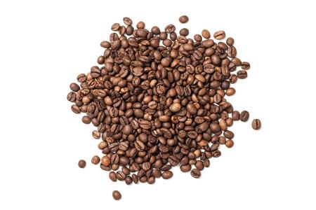Pila de granos de café tostado sobre fondo blanco