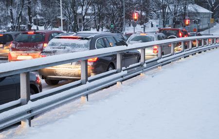 Coches en un atasco de tráfico en la calle de invierno en Finlandia