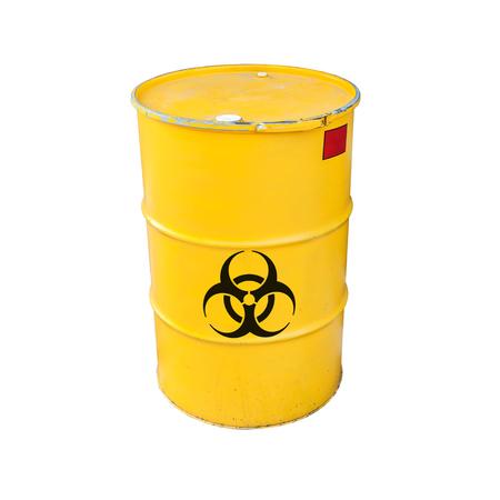 riesgo quimico: barril de metal amarillo con señal de advertencia de riesgo biológico negro aislado en el fondo blanco Foto de archivo