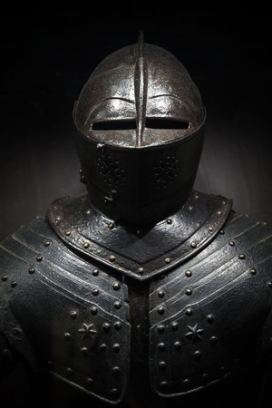 Starożytna metalowy pancerz średniowiecznego rycerza. Ciemne pionowe zdjęcie Zdjęcie Seryjne