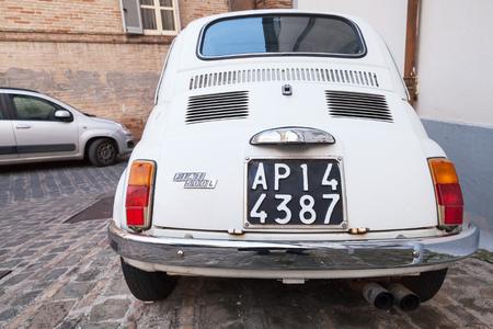 auto old: Fermo, Italia - 11 de de febrero de, 2016: Antiguo blanco Fiat 500 coches de L de la ciudad en la calle de la ciudad italiana, primer plano de visión trasera