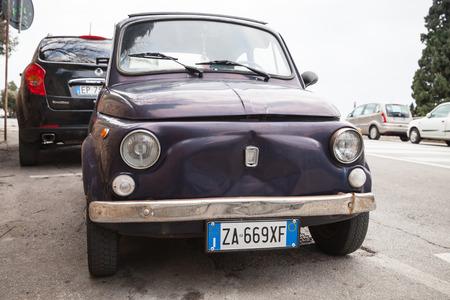 Fermo, Italie - 11 février 2016: Ancienne voiture de ville Fiat Nuova 500 produite par le constructeur italien Fiat entre 1957 et 1975 se trouve garée dans une ville, vue de face gros plan