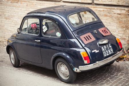 Fermo, Italie - 11 Février, 2016: Old Fiat Nuova 500 ville voiture produite par le constructeur italien Fiat entre 1957 et 1975 peuplements stationnés dans une ville, vue arrière photo gros plan Éditoriale