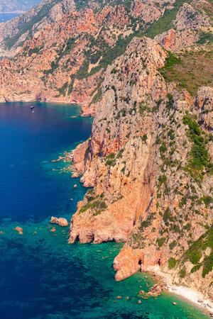 paisaje mediterraneo: Córcega, isla francesa en el mar Mediterráneo. paisaje costero vertical con rocas, vista de pájaro. Golfo de Porto, vista desde Capo Rosso