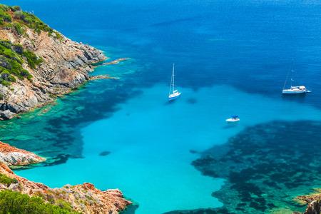paisaje mediterraneo: Córcega, isla francesa en el mar Mediterráneo. Costera paisaje de verano, yates amarrados en la bahía azul