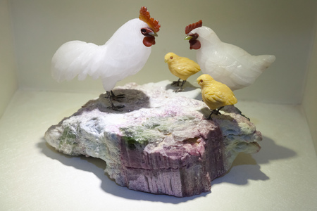 nephritis: Hangzhou, China - December 2, 2014: Rooster and chickens made of gemstone, traditional Chinese artistic stone carving