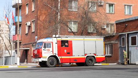 voiture de pompiers: Saint-Pétersbourg, Russie - 9 Avril, 2016: Kamaz 43253 comme une modification du moteur de feu russe près de Fire Department garage