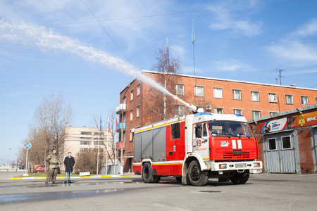 voiture de pompiers: St. Petersburg, Russia - April 9, 2016: Kamaz 43253 truck as a Russian fire engine modification with running hose