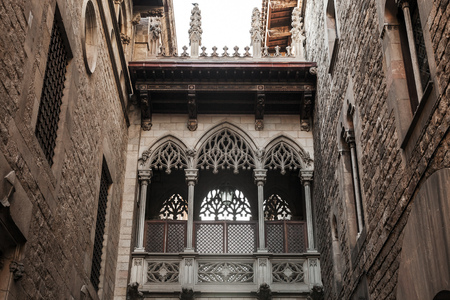 carrer: Ancient arch and balcony over Carrer del Bisbe, Gothic Quarter, Barcelona