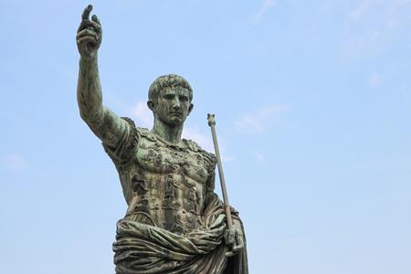 spqr: Antigua estatua en el cielo azul. SPQR IMP César Augusto PATRIAE PATER. Calle Via dei Fori Imperiali, Roma, Italia Foto de archivo