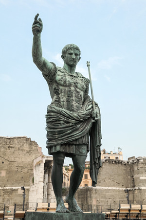 spqr: Antigua estatua SPQR IMP César Augusto PATRIAE PATER. Calle Via dei Fori Imperiali, Roma, Italia Foto de archivo
