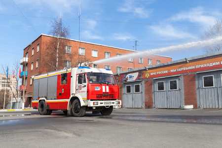 voiture de pompiers: St. Petersburg, Russia - April 9, 2016: Kamaz 43253 truck as a Russian fire engine modification with a running water hose