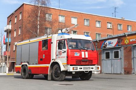 voiture de pompiers: Saint-Pétersbourg, Russie - 9 Avril, 2016: Kamaz 43253 camion, modification du moteur au feu rouge près de Russie Fire Department garage