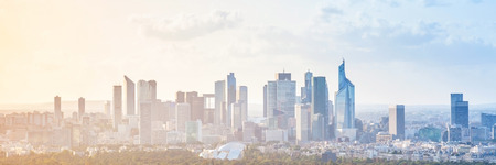 Paesaggio urbano moderno, foto panoramica del fondo con il cielo variopinto. Parigi, Francia Archivio Fotografico - 56758867