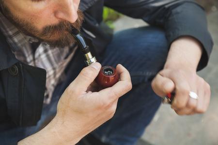 hombre con barba: pipa de fumar hombre de la barba, foto al aire libre con el enfoque selectivo