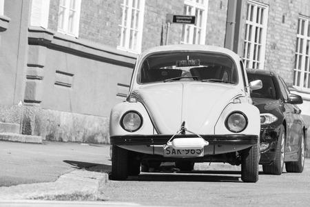 carro antiguo: Helsinki, Finlandia - 7 may, 2016: Antiguo amarilla escarabajo de Volkswagen, vista de frente, blanco y negro Editorial
