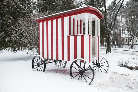 carreta madera: carro de madera vieja para la nataci�n tradicional para la regi�n de Narva, Estonia Foto de archivo