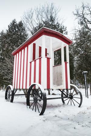 carreta madera: carro de madera vieja para la nataci�n tradicional para la regi�n de Narva, Estonia. foto vertical