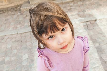 niños rubios: Retrato al aire libre de la muchacha caucásica linda divertida rubia bebé en color rosa Foto de archivo