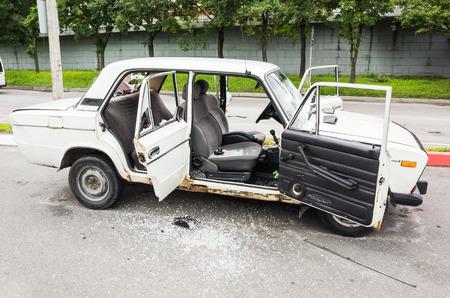 San Petersburgo, Rusia - 6 de agosto de 2016: Triturado blanco VAZ-2106 coche con ventanas rotas y las puertas rotas, vista lateral