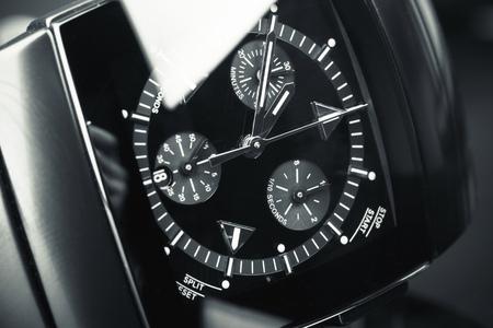 cronografo: Relojes de Wirstwatch hecha de cerámica de alta tecnología con cristal de zafiro sobre fondo negro. foto macro con enfoque selectivo