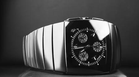 cronógrafo: reloj cronógrafo para hombre hecha de cerámica de alta tecnología con cristal de zafiro sobre fondo negro. Foto de cerca, atención selectiva
