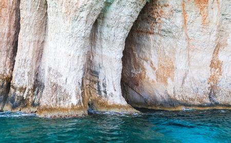 arcos de piedra: cueva azul, rocas de la costa de la isla griega de Zakynthos con arcos de piedra natural