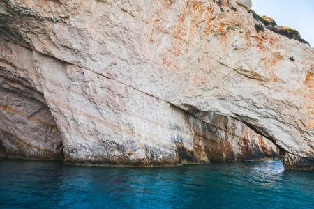 arcos de piedra: cuevas azules, costa rocosa de la isla griega de Zakynthos con arcos de piedra natural Foto de archivo