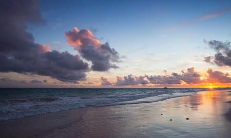 日の出のカラフルな海の景色。大西洋海岸、ババロ ビーチ、イスパニョーラ島。ドミニカ共和国、海岸の風景
