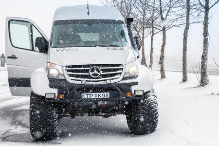 Reykjavik, Islanda - 5 aprile 2017: L'edizione islandese fuori strada di Mercedes-Benz Sprinter sta sulla strada nevosa, vista frontale. Originariamente è un veicolo costruito dalla Daimler AG di Stoccarda