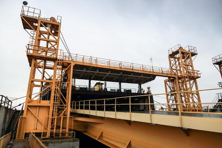 Rampa ferroviaria para carga industrial de buques Ro-Ro. Complejo ferroviario de Varna, Bulgaria Foto de archivo - 80123144