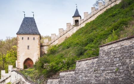 カルルシュタイン城。大規模なゴシック様式の城はボヘミア王、神聖ローマ皇帝・ エレクト チャールズ IV 1348 CE を設立しました。カルルシュタイン