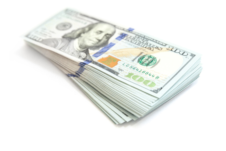 미국 통화, 흰색 격리 된 한 100 달러 번들 소프트 그림자 및 선택적 포커스를 사진을 닫습니다