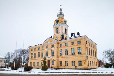 Hamina, Finland - 13 december 2014: Gevel van het historische stadhuis. Oorspronkelijk gebouwd in 1798, werd gerenoveerd door Carl Ludvig Engel in 1840