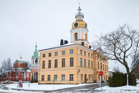 Hamina, Finland - 13 december 2014: Gevel van het historische stadhuis, Hamina. Oorspronkelijk gebouwd in 1798, werd gerenoveerd door Carl Ludvig Engel in 1840