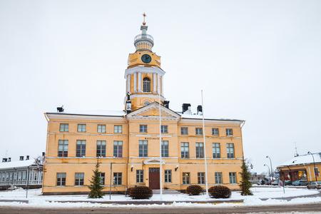 Hamina, Finland - 13 december 2014: Gevel van het stadhuis, Hamina. Oorspronkelijk gebouwd in 1798, werd gerenoveerd door Carl Ludvig Engel in 1840