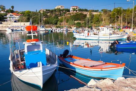 Oude houten vissersboten die in stad Tsilivi worden vastgelegd. Zakynthos. Grieks eiland in de Ionische zee Stockfoto