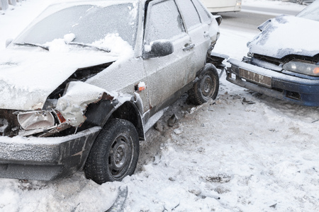 Two crashed cars in accident on winter road with snow Archivio Fotografico